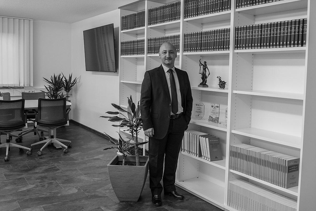Prof. Yarayan in seiner Anwaltskanzlei