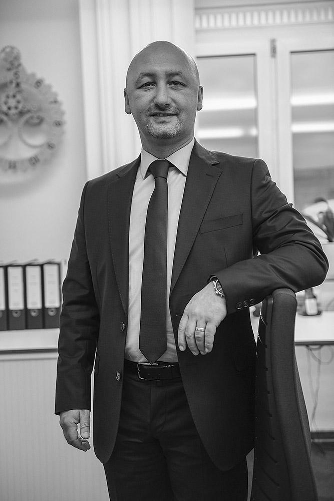 Prof. Dr. Ali Yarayan in seiner Kanzleich in Müllheim