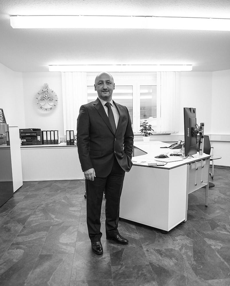 Portrait von Prof. Dr. Ali Yarayan in seiner Anwaltskanzlei